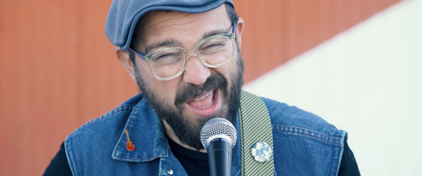 Carlos Dingo de Red Soul Community en el videoclip producido por Ínsula Sur
