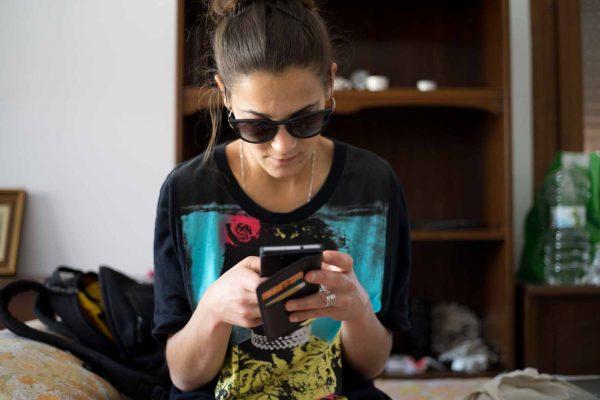 """Inés Duro contactando con entrevistado antes de llegar al set de grabación de """"La cosecha de Los Lunares"""""""