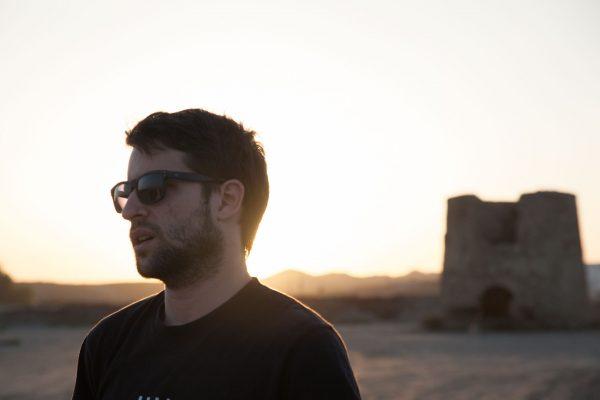 """Abel Fernández en set de grabación de recursos para el documental de """"La cosecha de Los Lunares"""" en la playa de Palomares"""
