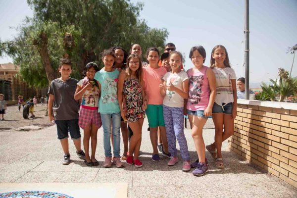 """Niños y niñas posando en la grabación del documental """"La cosecha de Los Lunares"""" en Palomares (Almeria)"""