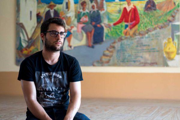 Abel Fernández, preparando el set de grabación en el documental de La cosecha de los lunares