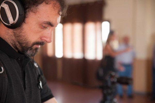 Javier Morales preparando el set de grabación en el documental de La cosecha de los lunares